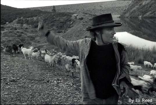 En cualquier otro sitio que no sea Aznalcóllar siempre voy a serle extraño al paisaje y él a mí (El Cabrero1980)